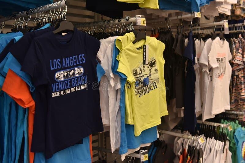 儿童的T恤杉在超级市场 库存照片