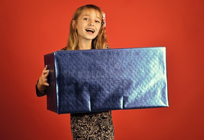 儿童童年儿童幸福概念 有当前组装的,网络星期一儿童女孩 有购物包裹的小女孩 免版税库存图片