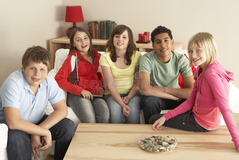 儿童组家电视注意 免版税库存照片