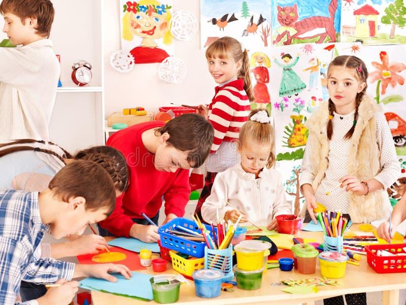 儿童绘画在艺术学校。 免版税库存照片
