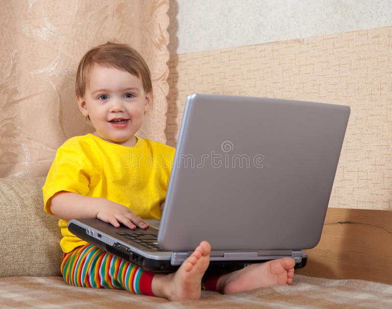 儿童膝上型计算机使用 免版税库存图片