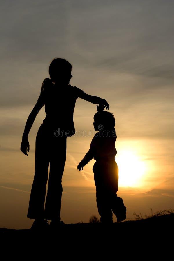 儿童舞蹈日落 免版税库存图片