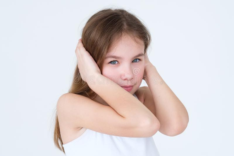 儿童覆盖物耳朵手忤逆淘气的性质 图库摄影