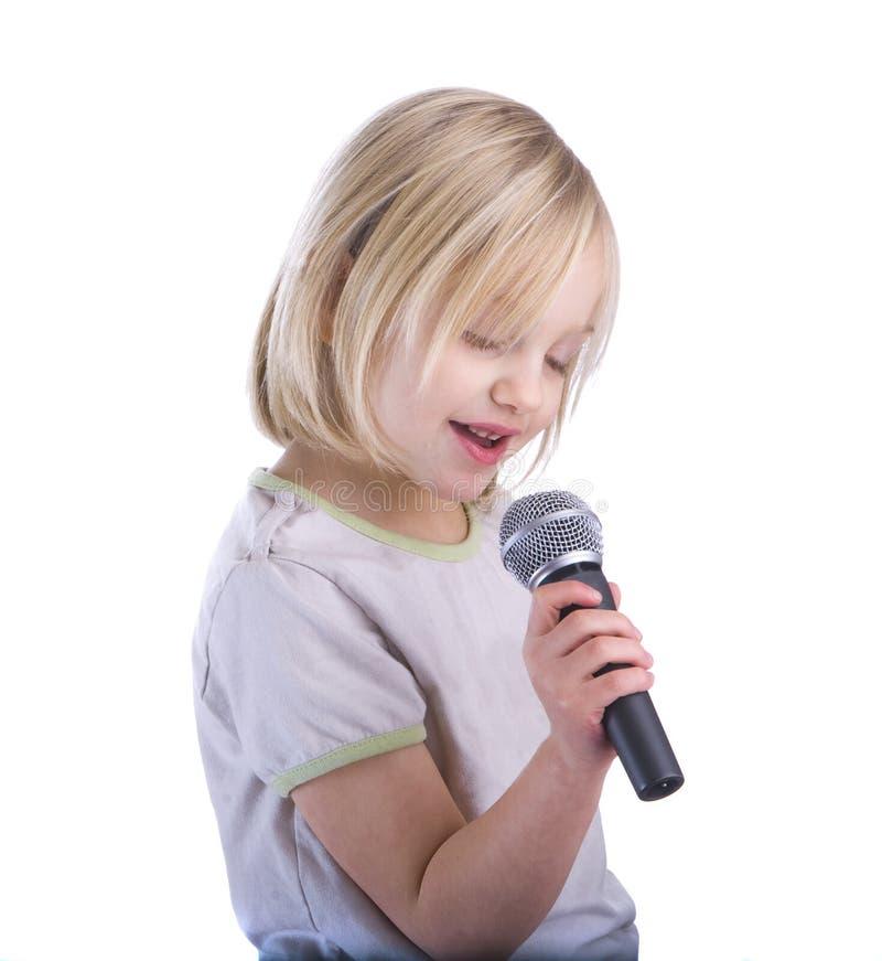 儿童话筒唱歌 免版税图库摄影