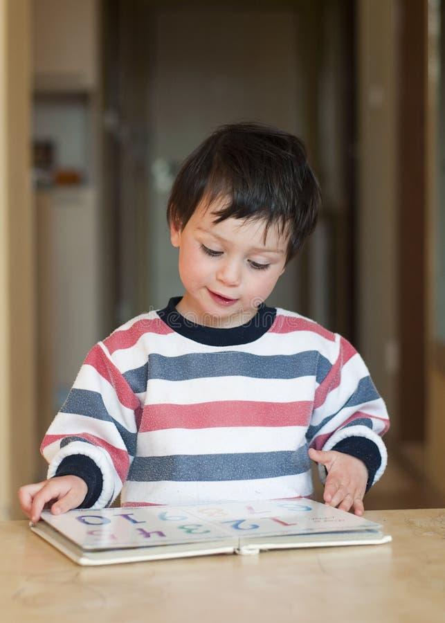 儿童读取 库存图片