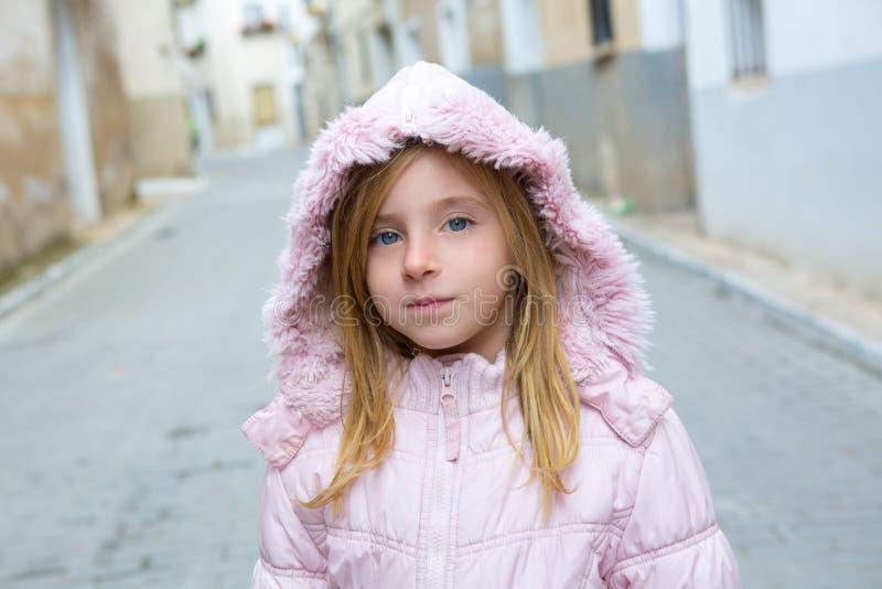 儿童走在传统西班牙村庄的女孩游人 库存照片