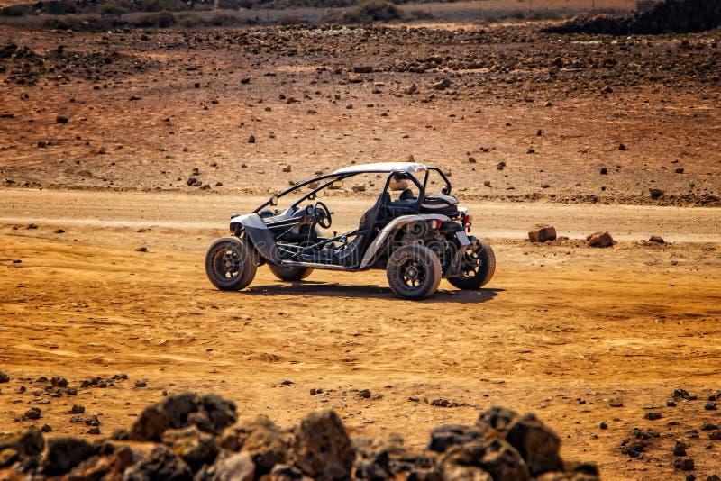 儿童车在美妙的沙漠风景停留 免版税库存图片