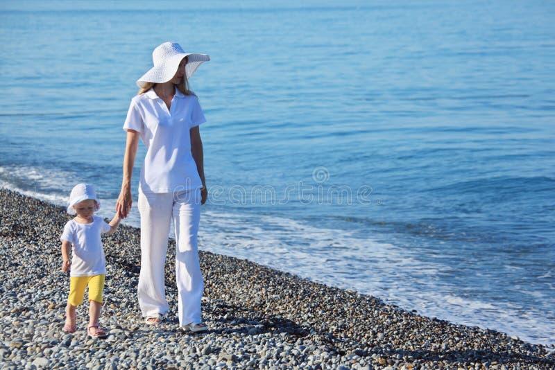 儿童边缘母亲海运结构 图库摄影