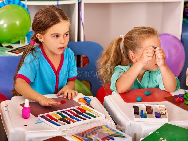 儿童面团戏剧在学校 孩子的彩色塑泥 库存图片