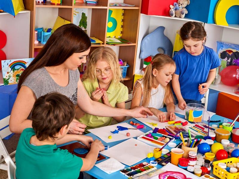 儿童面团戏剧在学校 孩子的自创彩色塑泥 图库摄影