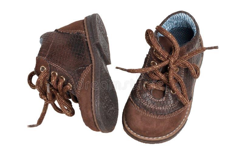 儿童鞋子时尚 一个对有鞋带的典雅的棕色皮鞋小男孩的被隔绝在白色背景 ?? 免版税库存图片