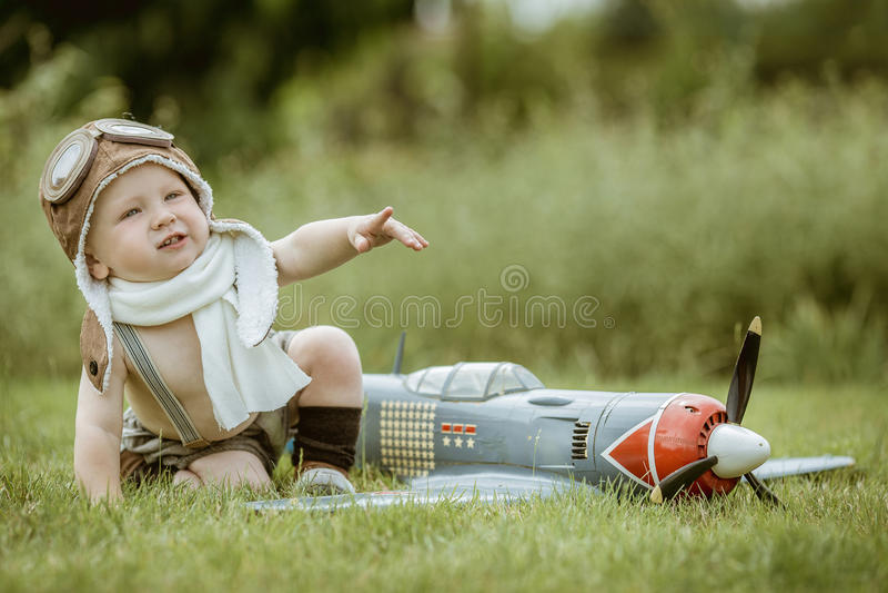 儿童飞行员 使用的孩子户外 有玩具ag jetpack的孩子飞行员 免版税库存图片