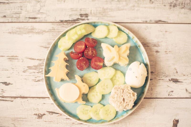 儿童食物的创造性的想法 以兔宝宝的形式滑稽的早餐三明治,蝴蝶,树 健康概念的食物 库存照片