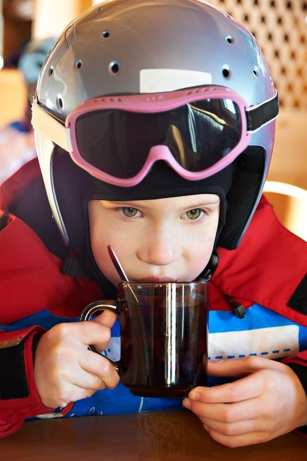 儿童饮用的滑雪者茶 免版税库存照片