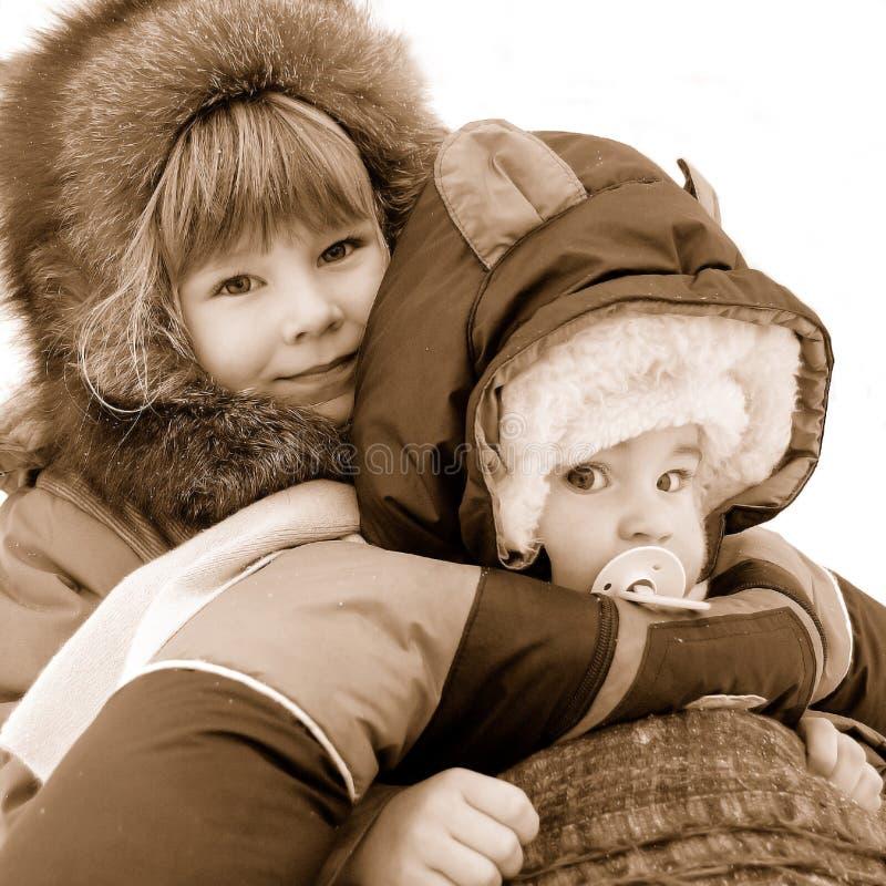 儿童高兴小对非常冬天 免版税库存图片