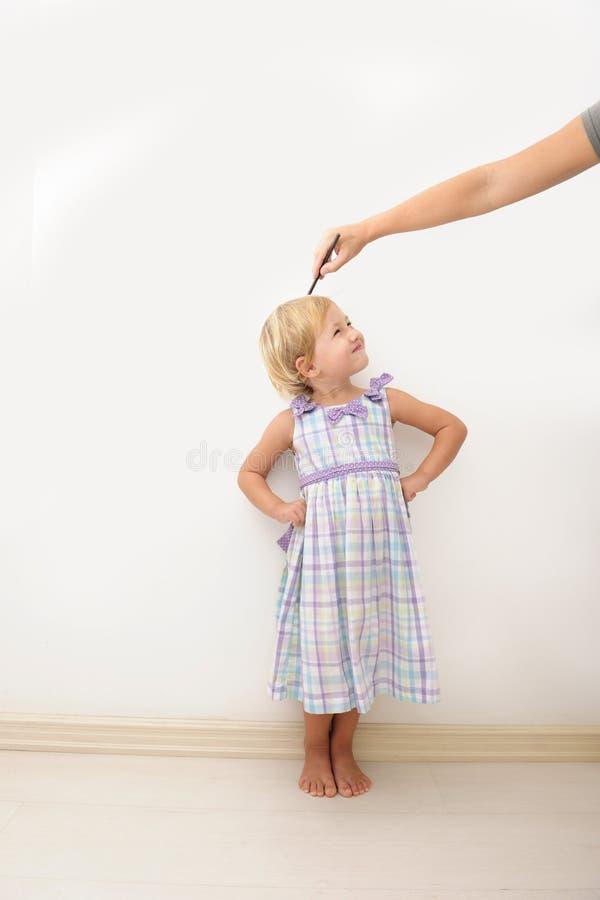 儿童高度评定的母亲 库存图片