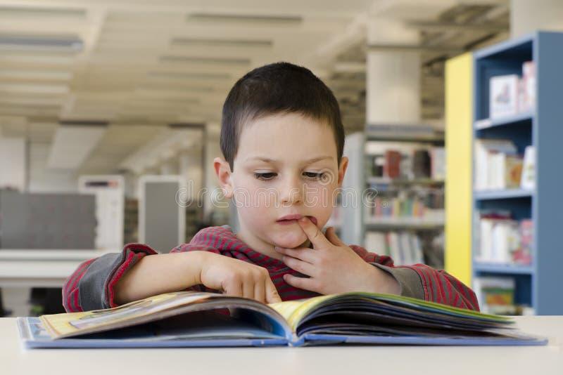 儿童读书 免版税图库摄影