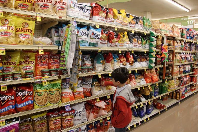 儿童购物在超级市场 免版税库存照片