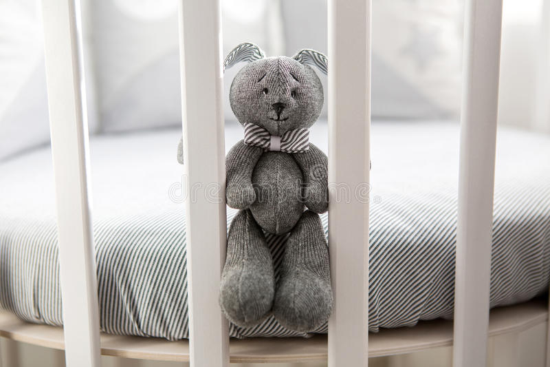 儿童` s圆的白色床 免版税库存图片