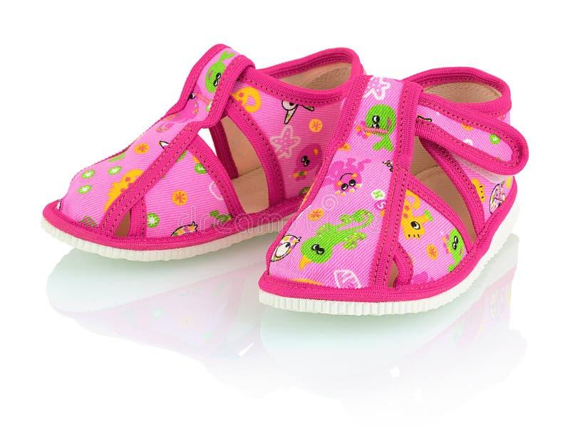 儿童` s在白色背景的桃红色拖鞋与阴影反射 库存图片