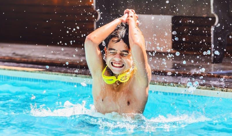 儿童` s戏剧,去的男孩击中水,获得乐趣在一个夏天 免版税图库摄影