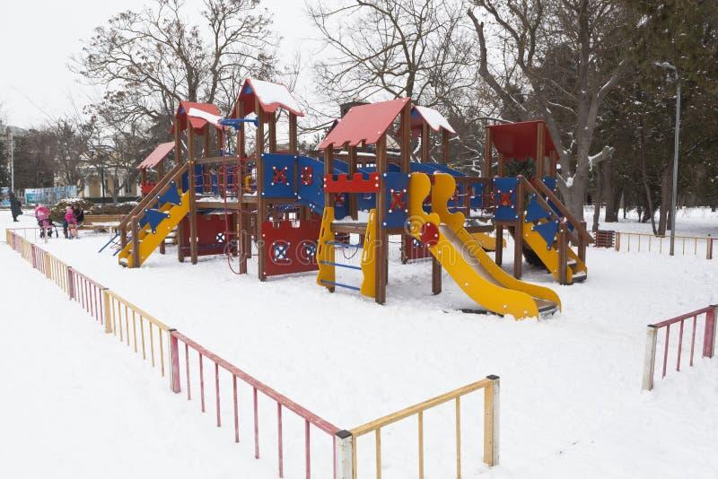 儿童` s操场在冬天在以莱妮命名的公园 库存图片