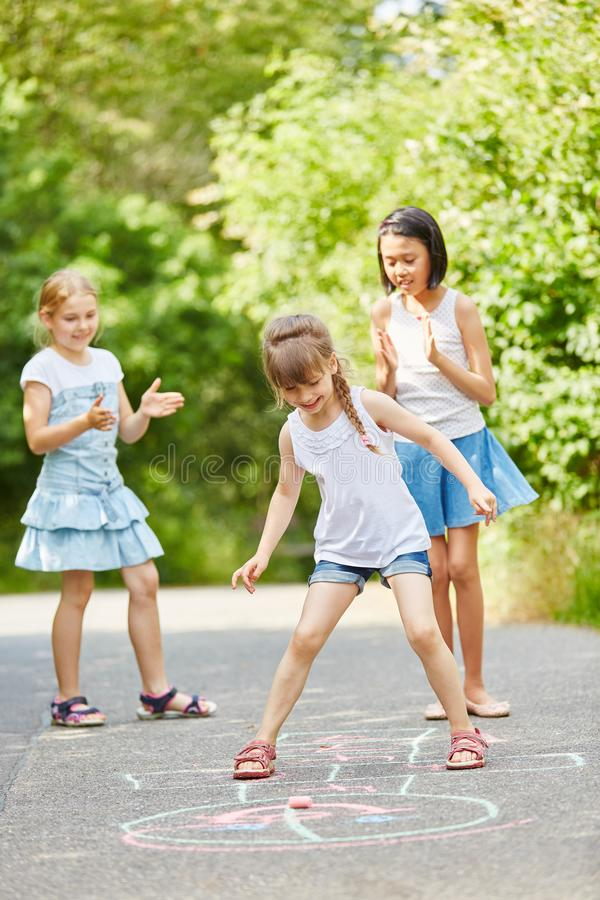 儿童` s比赛在公园 库存照片