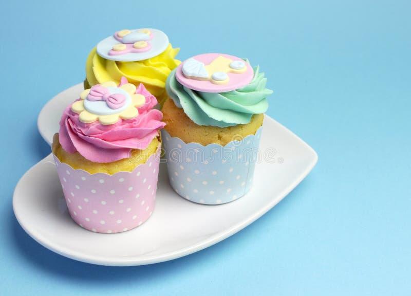 婴儿送礼会或儿童的桃红色、水色&黄色杯形蛋糕-与copyspace 库存图片