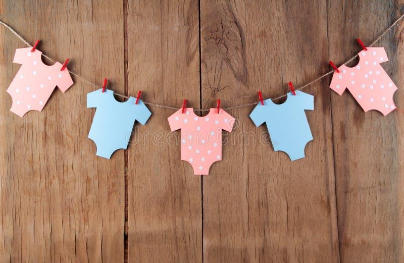 婴儿送礼会的装饰在木书桌上 库存照片