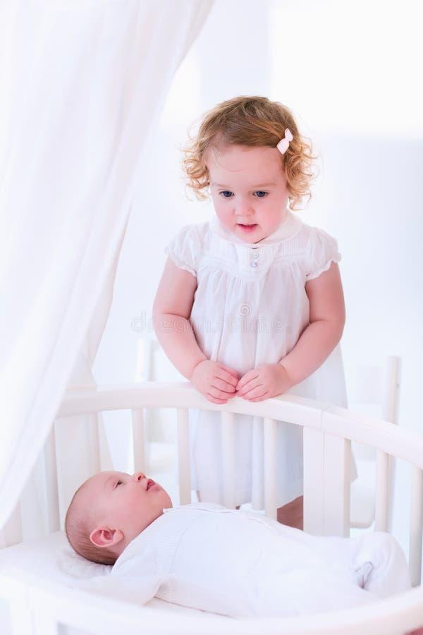 婴儿遇见他的姐妹 免版税图库摄影