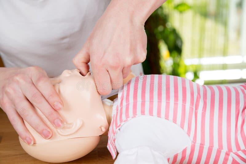 婴儿CPR开放空中航线 库存照片
