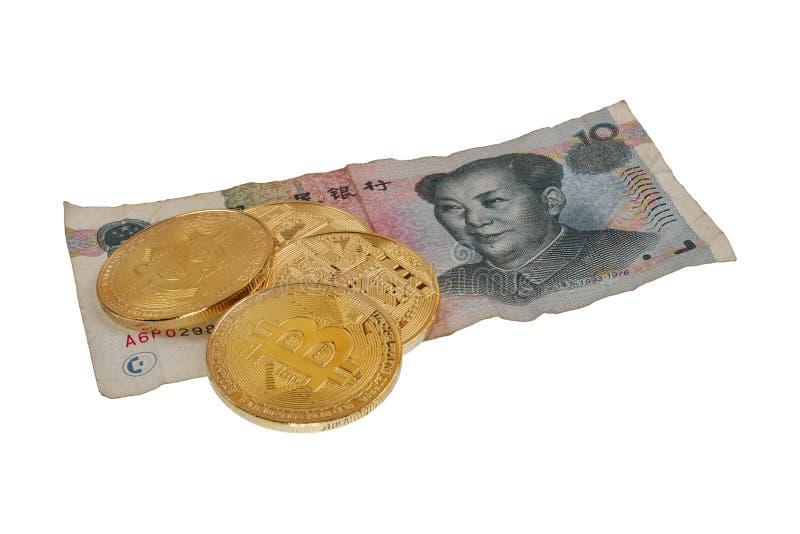 元瓷钞票和bitcoins在白色背景 免版税库存图片
