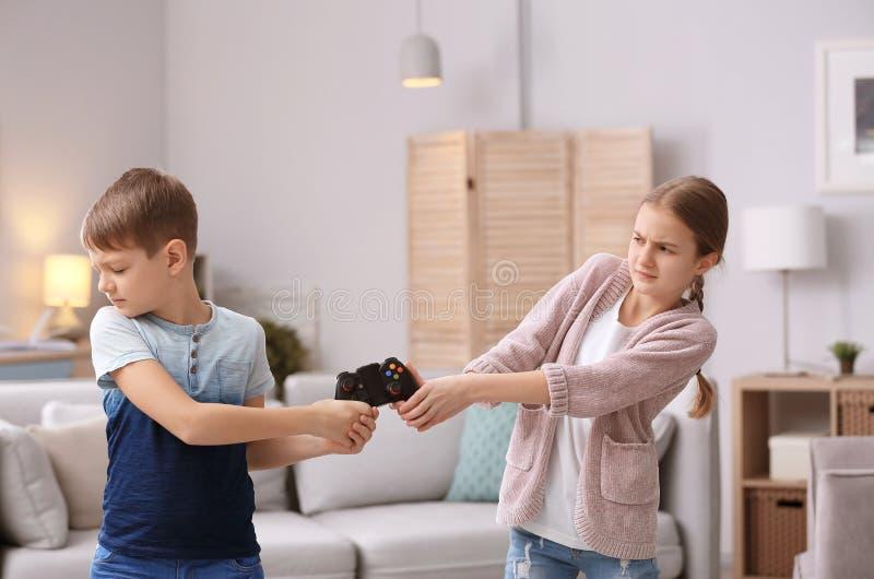 兄弟争论与姐妹 免版税库存照片