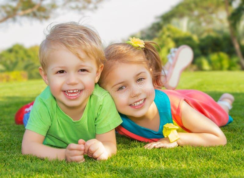 兄弟和姐妹在公园 库存照片