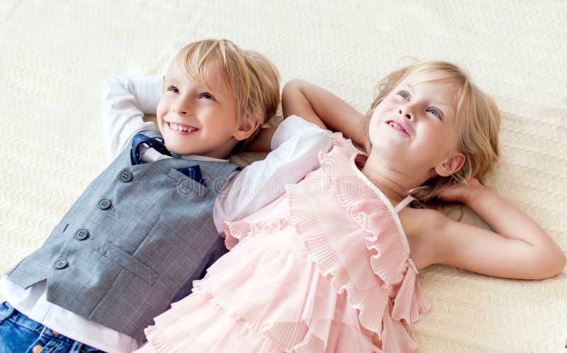 兄弟和姐妹在地板上说谎 免版税图库摄影