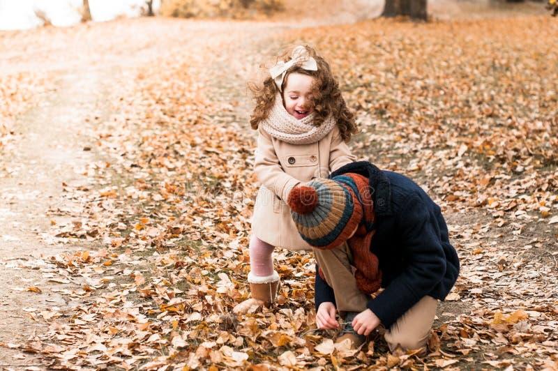 兄弟和姐妹在秋天森林里做了一个断裂 免版税库存图片