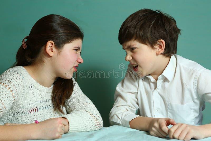 兄弟姐妹争吵的兄弟和的姐妹 库存照片