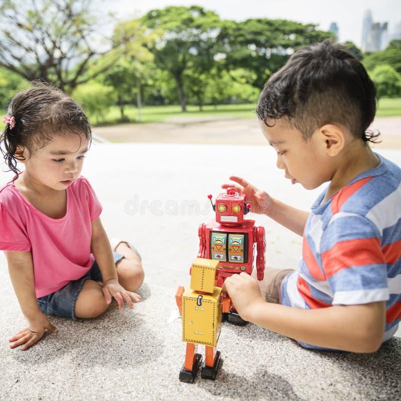 兄弟姐妹基本的童年孩子嬉戏的概念 免版税库存照片