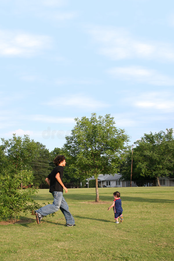 兄弟追逐公园使用 免版税图库摄影