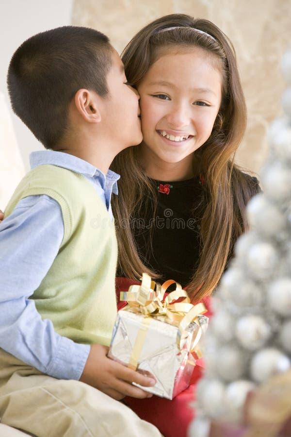 兄弟面颊他亲吻的姐妹 免版税库存图片