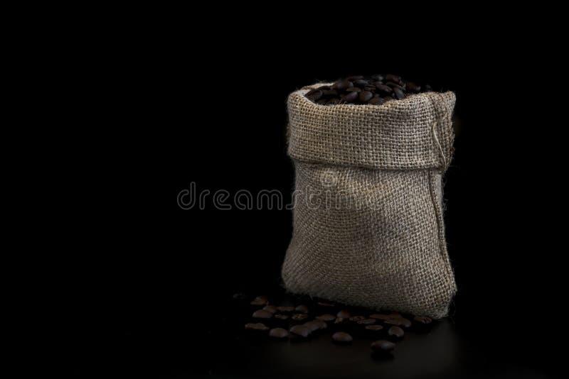 充分一个小大袋袋子新鲜的咖啡豆 库存照片