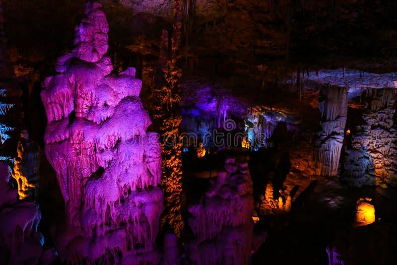 充分一个美丽的洞巨大的钟乳石和石笋 图库摄影