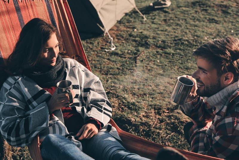 充分两心脏的爱 美丽的年轻夫妇havi顶视图  免版税库存照片