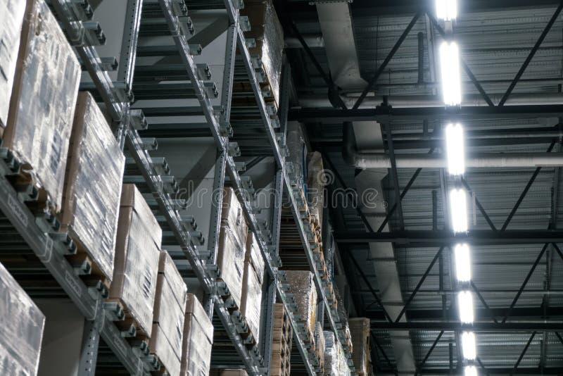 充分仓库物品、箱子和架子按顺序 免版税库存照片