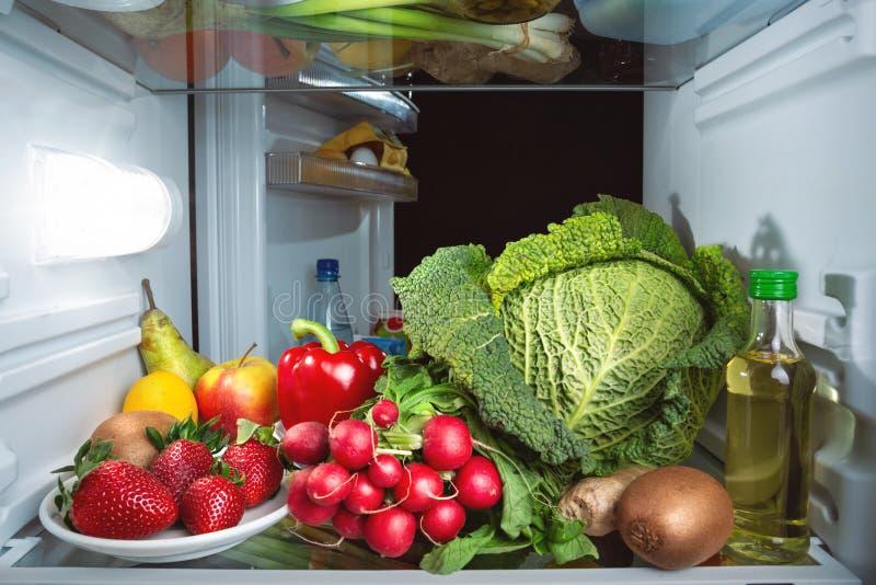 充分冰箱水果和蔬菜 免版税库存图片