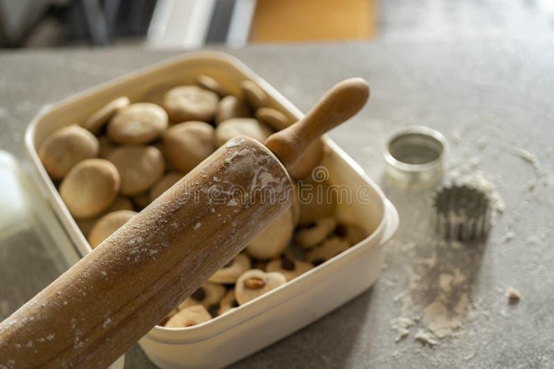 充分制作有箱的滚针和曲奇饼设备鲜美曲奇饼和姜饼 免版税图库摄影