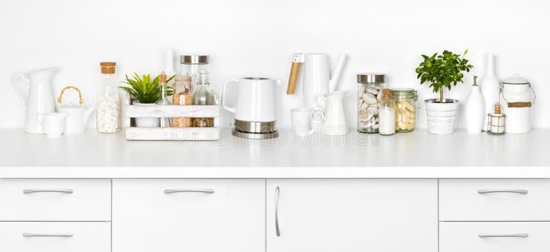 充分厨房长凳在白色背景隔绝的各种各样的器物 免版税库存照片