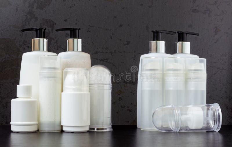充分和空的美容品瓶 免版税图库摄影