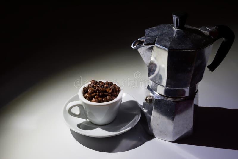 充分咖啡杯烤咖啡豆和moka咖啡罐 图库摄影