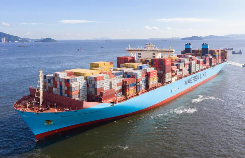 充分地被装载的容器货船 免版税图库摄影